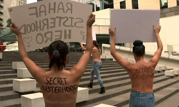 بالصور والفيديو من أستراليا.. ناشطات عاريات يتظاهرن أمام قنصلية السعودية