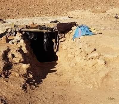 مأساة بالصور.. أسرة من 10 أفراد تعيش في حفرة