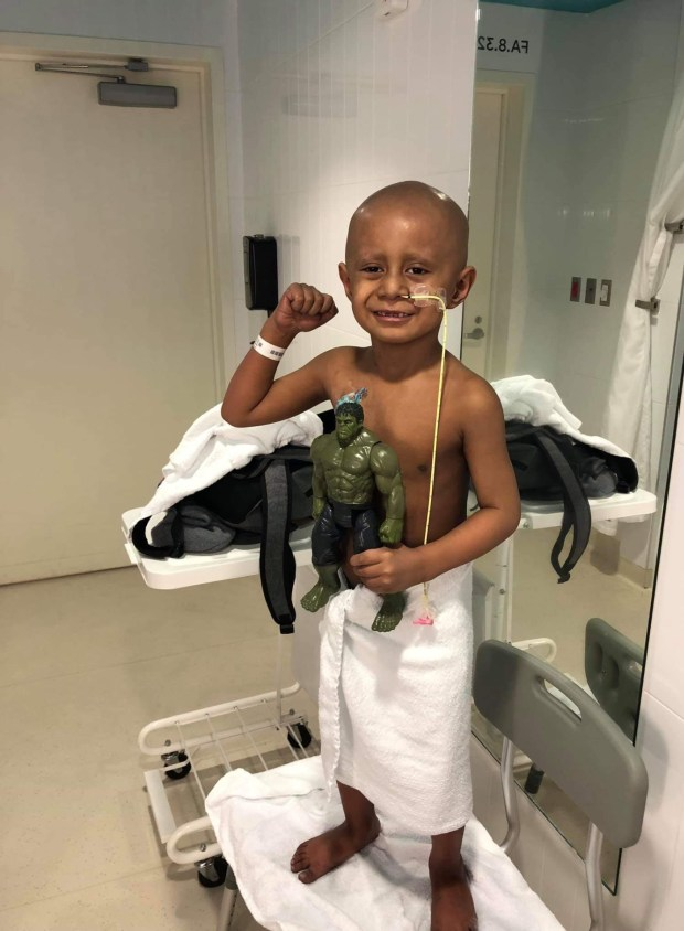 على أنغام مايكل جاكسون.. طفل يهزم السرطان ويحتفل بآخر حصة للعلاج (صور وفيديو)