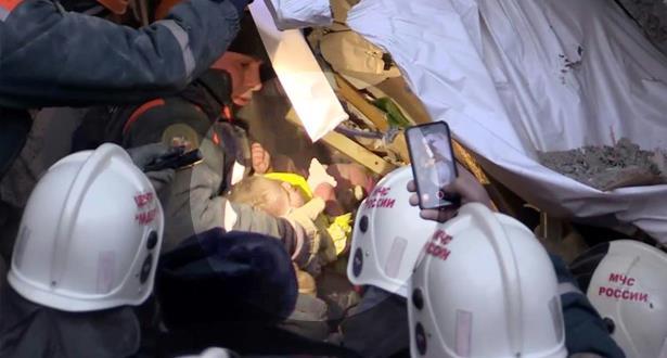 بالفيديو من روسيا.. معجزة العثور على رضيع حي تحت أنقاض مبنى