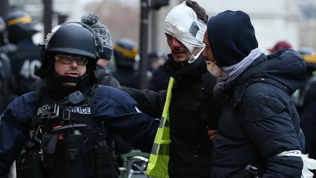 وزير الداخلية الفرنسي: استخدام السلاح ضد المتظاهرين ضروري للحفاظ على الأمن العام