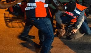 كازا.. البوليس يوقف بزناسة بعد مقاومة بالأسلحة البيضاء والغاز المسيل للدموع