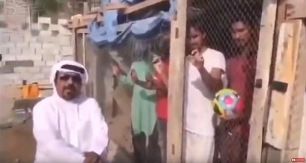 بالفيديو.. إماراتي احتجز عماله الهنود في قفص حيوانات لإجبارهم على تشجيع منتخب بلاده!