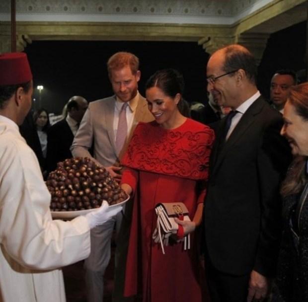 بالتمر والحليب.. استقبال الأمير هاري وزوجته ميغان