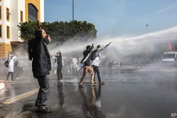 بعد التدخل الأمني ضد مسيرة الأساتذة المتعاقدين.. نقابة تدعو إلى وقفة احتجاجية أمام وزارة التعليم