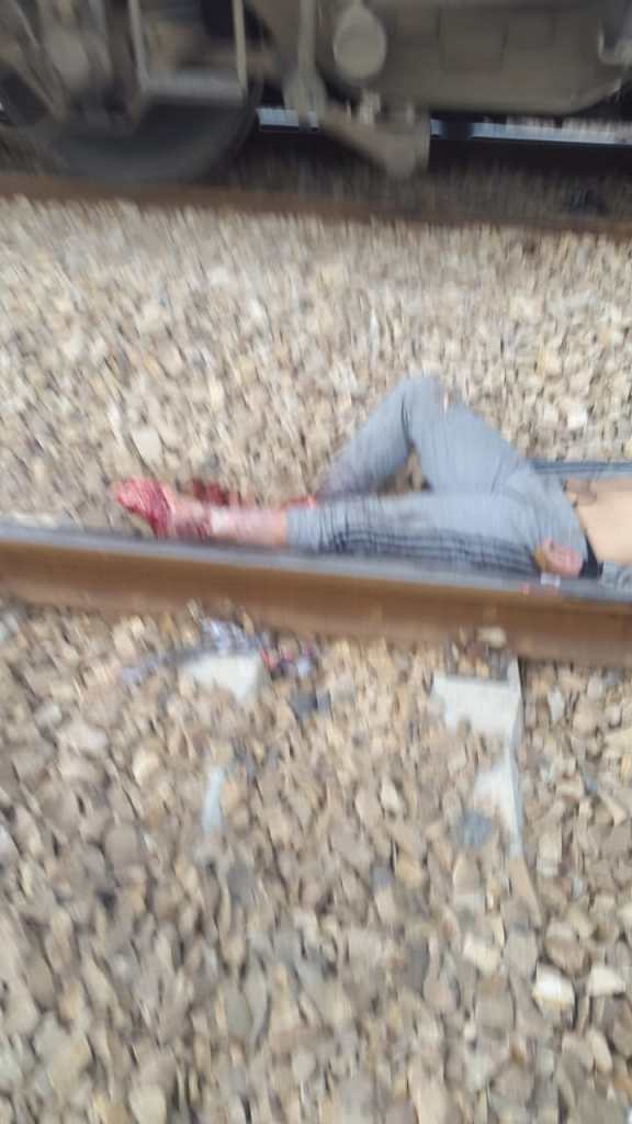 بالصور من كازا.. مشهد مُرعب لشاب فقد رجليه على سكة القطار
