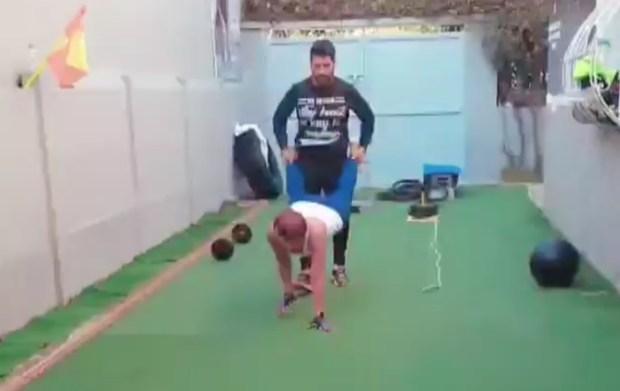 الضغط والقفز بالحبل والبرويطة.. حركات رياضية غريبة لليلى الحديوي (فيديوهات)