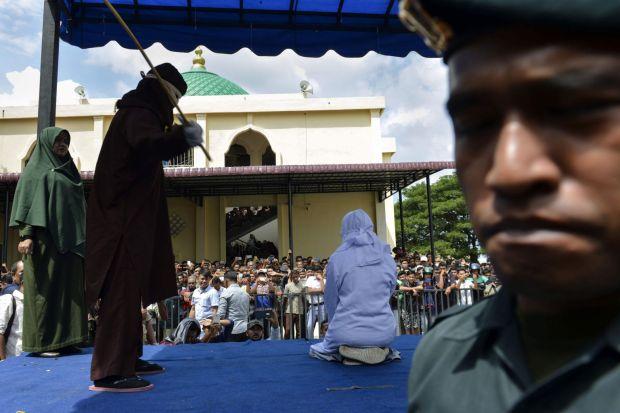 بالفيديو.. السلطات الإندونيسية تطبق حد الجلد في حق شاب وفتاة بسبب العناق!