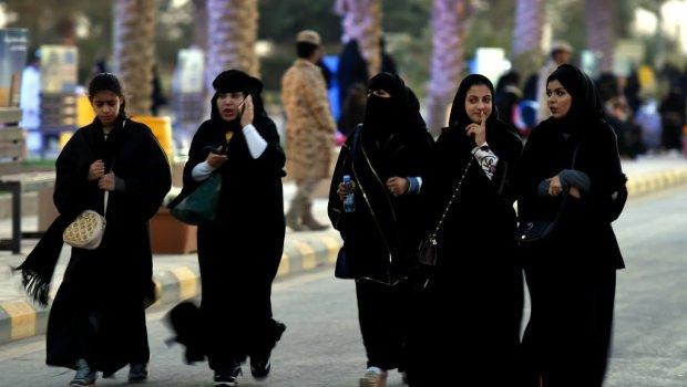 خلق الجدل.. السعودية تدافع عن تطبيق هاتفي يتيح للرجال مراقبة تحركات النساء