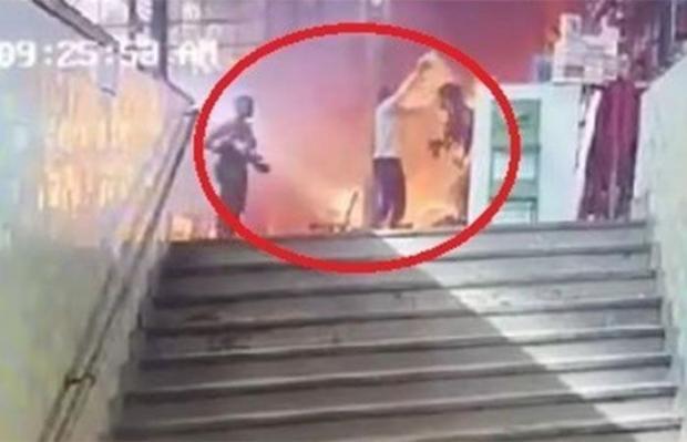 عمل بطولي.. شاب مصري ينقذ 4 أشخاص في حادث احتراق قطار (صور)