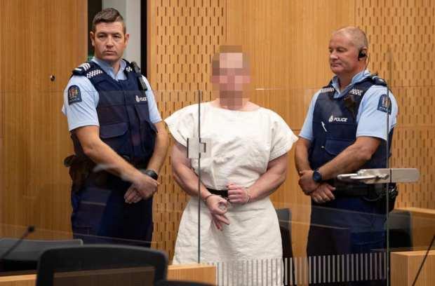 """بدا هادئا ومبتسما ولم يطلب إطلاق سراحه.. تفاصيل من أول جلسة لمحاكمة """"سفاح نيوزيلندا"""" (فيديو)"""