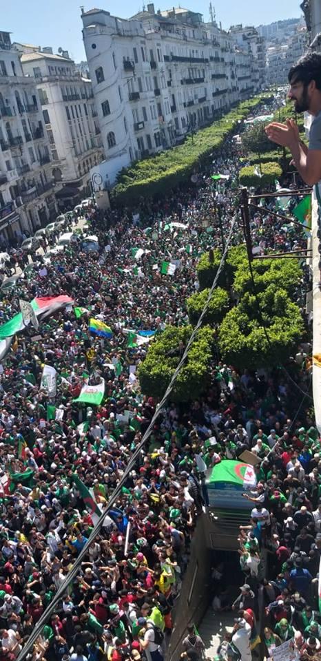 """بالصور.. الجزائريون يحتجون رفضا """"للخطة الانتقالية"""" للجيش"""