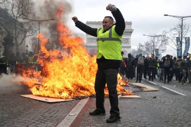 أعمال عنف وحرق واشتباكات مع الأمن.. فرنسا تشتعل (صور)