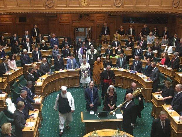 """ترحما على ضحايا """"مجزرة المسجدين"""".. البرلمان النيوزيلندي يفتتح جلسة طارئة بآيات قرآنية (صور وفيديو)"""