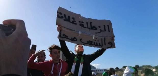 تهافت على الخبز والسكر والدقيق خوفا من المجهول.. أزمة اقتصادية حادة في الجزائر!