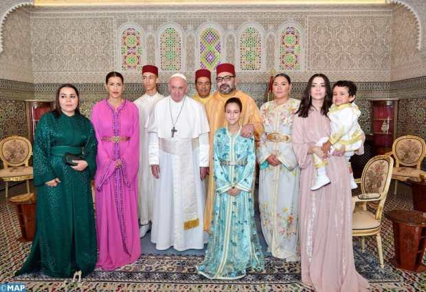 صور تصنع الحدث.. البابا في حضرة الأسرة الملكية