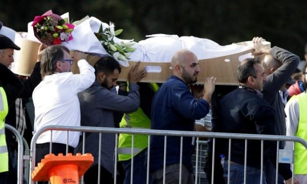 صلاة الجمعة الأولى بعد المجزرة.. نيوزيلندا ترفع الأذان وتقف دقيقتي صمت أثناء تشييع ضحايا المسجدين (فيديو)