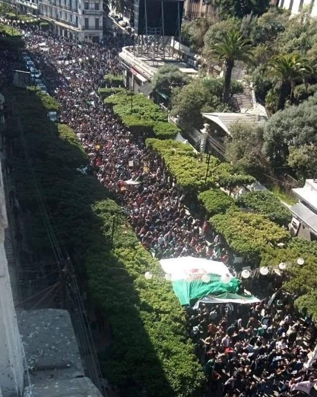 نايضة في الجزائر.. مظاهرة مليونية في العاصمة ضد ولاية خامسة لبوتفليقة