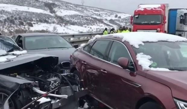 بينهم مغاربة.. اصطدام أكثر من 50 سيارة وإصابة 35 شخصا بسبب الثلوج في إسبانيا (فيديو)