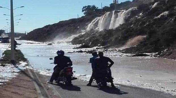 سحابوه معجزة.. انفجار أنبوب مياه يخلق جدلا في أكادير (صور وفيديو)