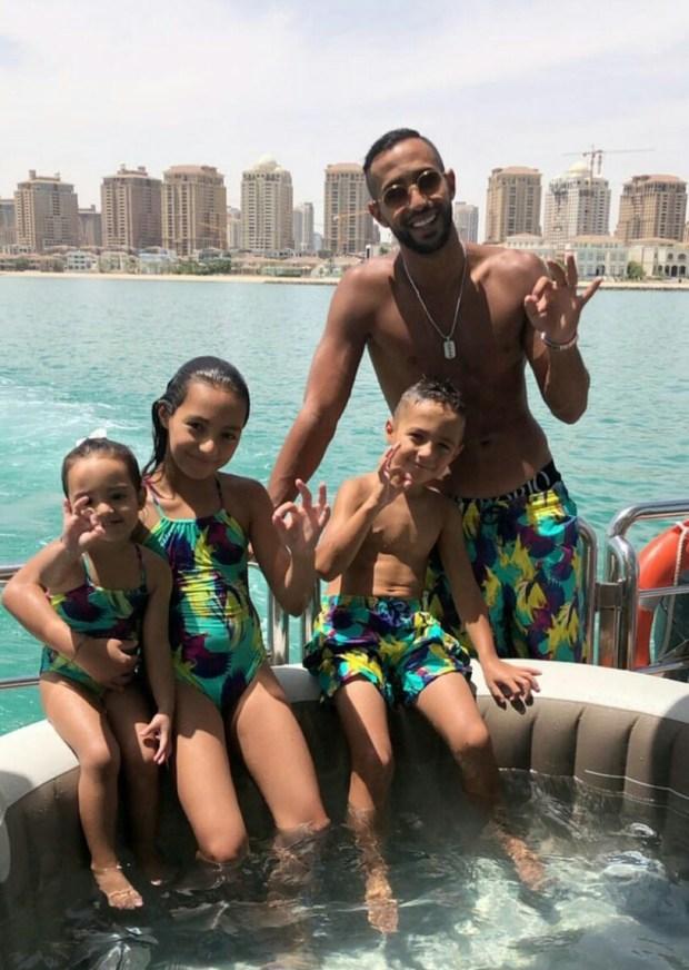 الراحة فقطر.. بنعطية يحتفل بعيد ميلاده مع أبنائه في يخث وسط البحر (صور وفيديو)