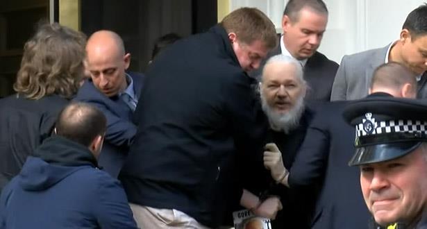 """بالفيديو.. الشرطة البريطانية تعتقل جوليان أسانج مؤسس موقع """"ويكيليكس"""""""