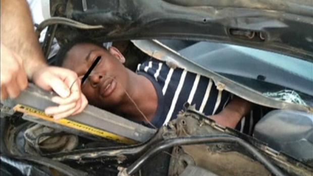 بالفيديو من مليلية.. العثور على مهاجر غير شرعي داخل محرك سيارة