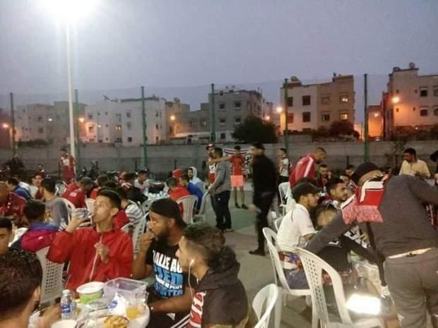 إفطار جماعي على أنغام الموسيقى.. جماهير حسنية أكادير تستضيف جماهير المغرب التطواني (صور وفيديو)