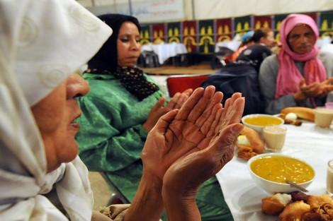 بتعليمات ملكية.. الحرس الملكي يوزع 350 وجبة إفطار يوميا في طنجة