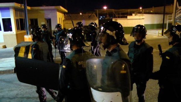 واجهوا الحرس الإسباني بالعصي والحجارة.. توقيف 40 مهاجرا في سبتة المحتلة (صور)