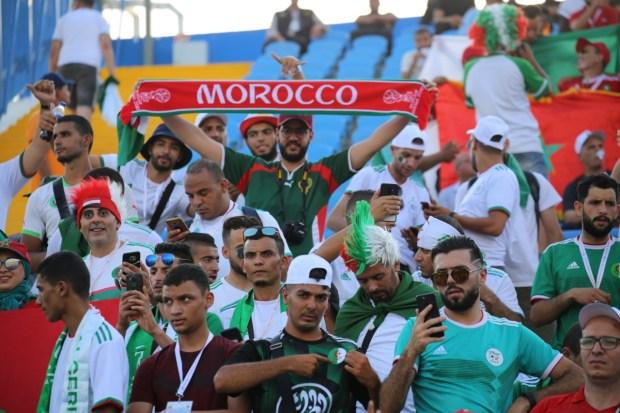 على الحدود المغربية الجزائرية.. فرحة بتأهل الجيران (فيديو)