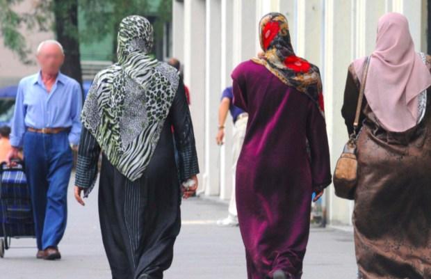 حاول إضرام النار في ابنته بسبب ملابسها الغربية.. تفاصيل الحكم على مهاجر مغربي في إيطاليا