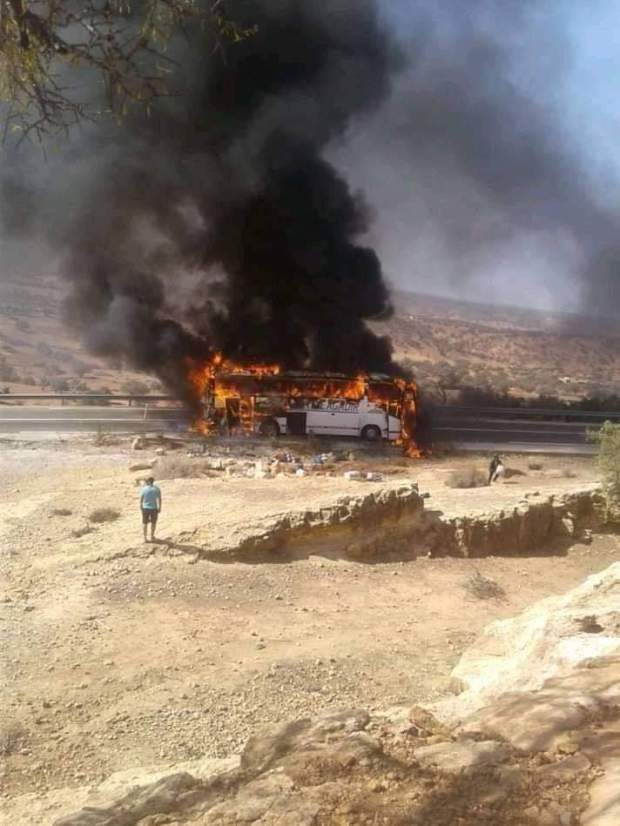 بالفيديو من نواحي الصويرة.. حافلة مسافرين تحترق بالكامل