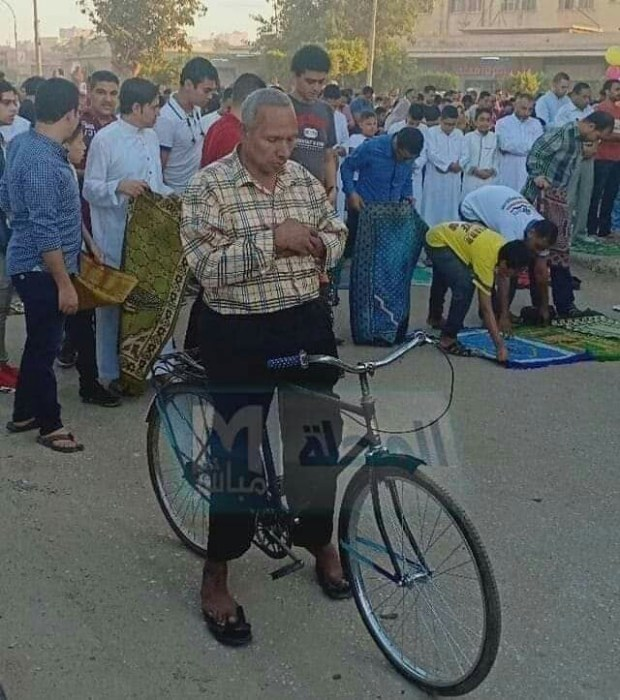 بعد موجة من السخرية.. حقيقة وفاة المصري اللي صلى نهار العيد فوق بيكالة! (فيديو)