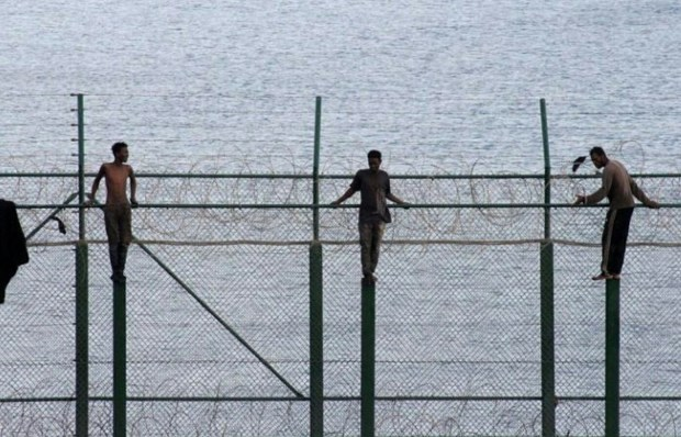 دخلو لسبتة.. 155 مهاجرا سريا يتجاوزون السياج الحدودي
