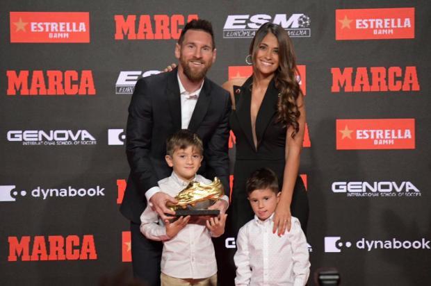في الذكرى ال15 لحمله قميص برشلونة.. ميسي يتسلم جائزة الحذاء الذهبي (صور)