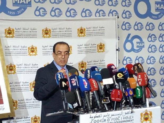 """بحجة اجتماع.. الناطق الرسمي الجديد باسم الحكومة """"يهرب"""" من أسئلة الصحافيين"""