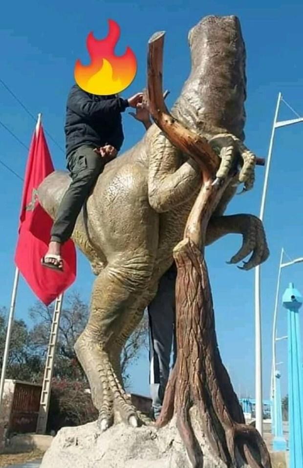 ما كملش 24 ساعة.. العبث بتمثال ديناصور أنزا