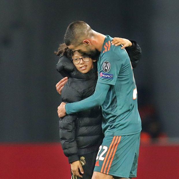"""بعد ما نصبوا عليه.. زياش يبحث عن الوالد """"الحقيقي"""" للطفل المغربي الذي اقتحم الملعب لمعانقته"""