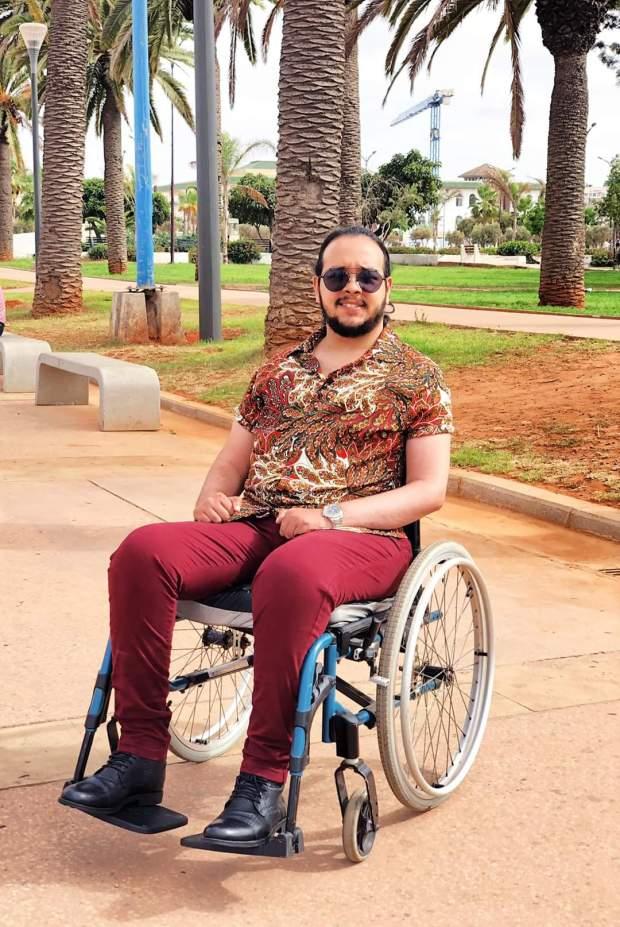 بزاف ديال الطاقة الإيجابية.. شاب مغربي يتحدى شلل رباعي بنشر فيديوهات تحفيزية (فيديو)