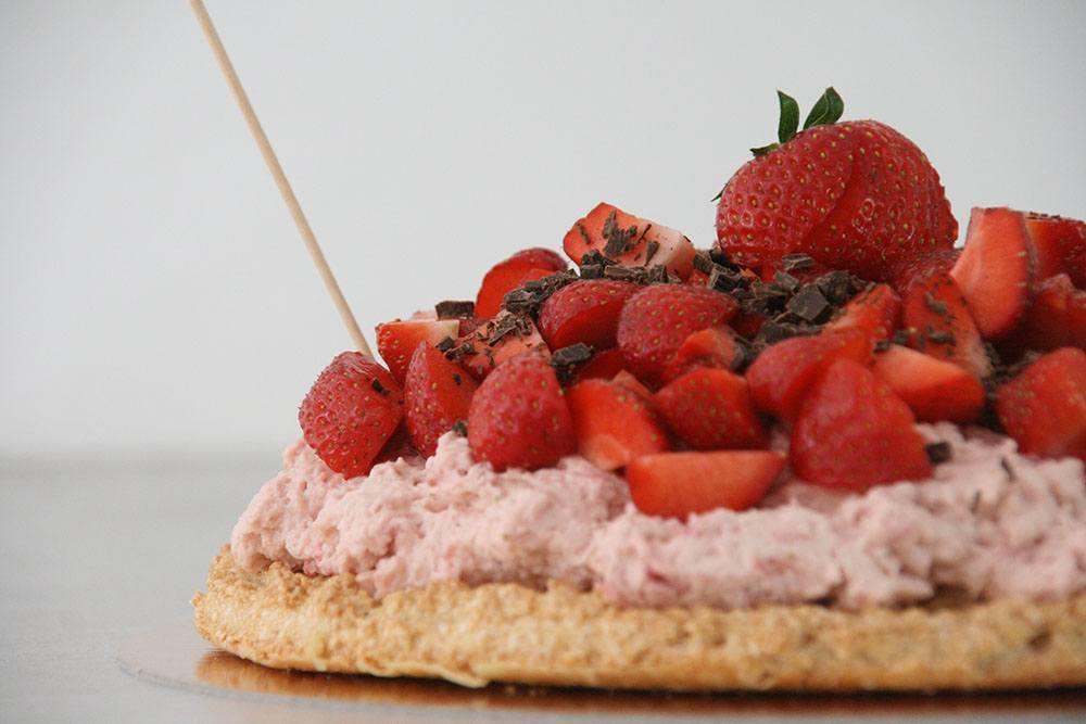 opskrift på let og frisk sommerkage med jordbær