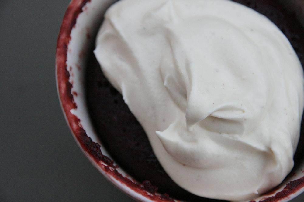 Opskrift på red velvet kage i kop på 5 minutter