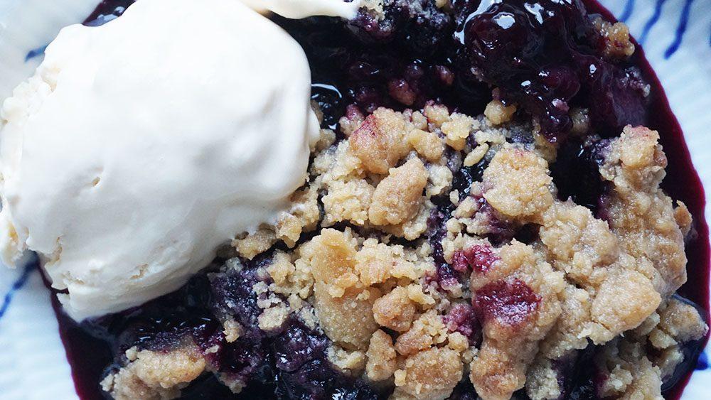 Opskrift på velsmagende blåbær crumble