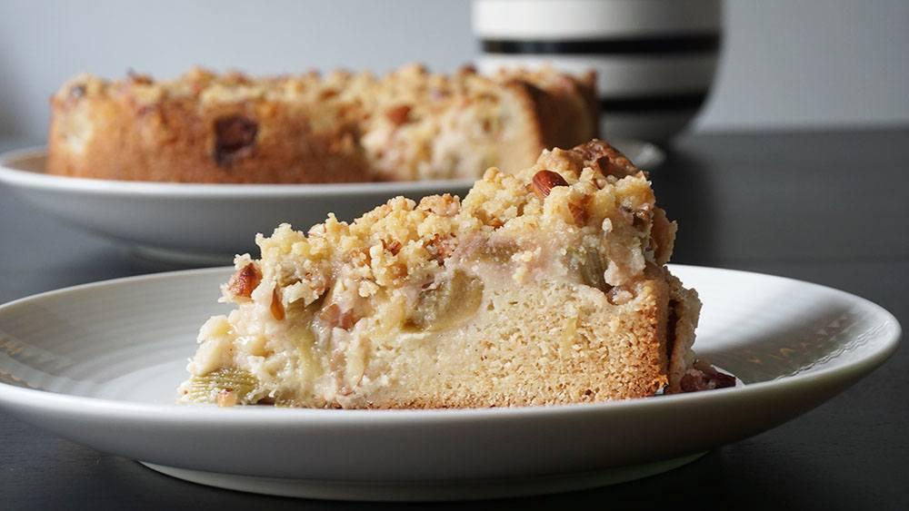 opskrift på lækker æble/rabarberkage med sprød crumble