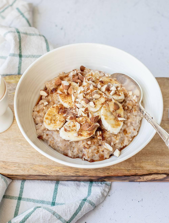 Sund og nærende morgenmad af havregrød med æg og kanel