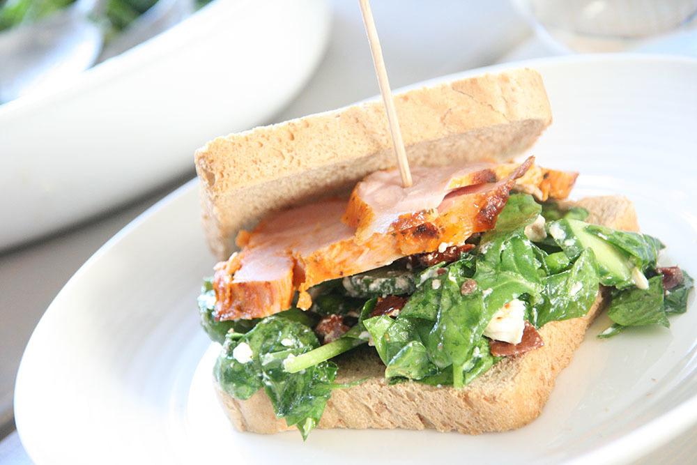 Opskrift på lækker sandwich med sprød salat