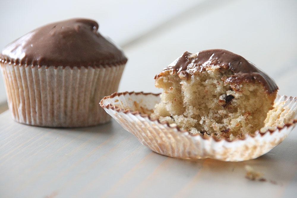 opskrift på vaniljeprikket og svampet banan cupcakes, toppet med en lækker chokolade-karamel frosting.