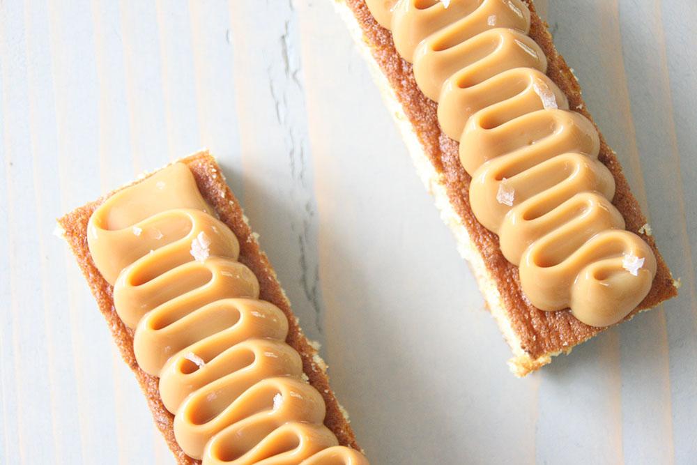 Fredagsguf. Banan snitter af verdens bedste banankage, toppet med dulce de leche