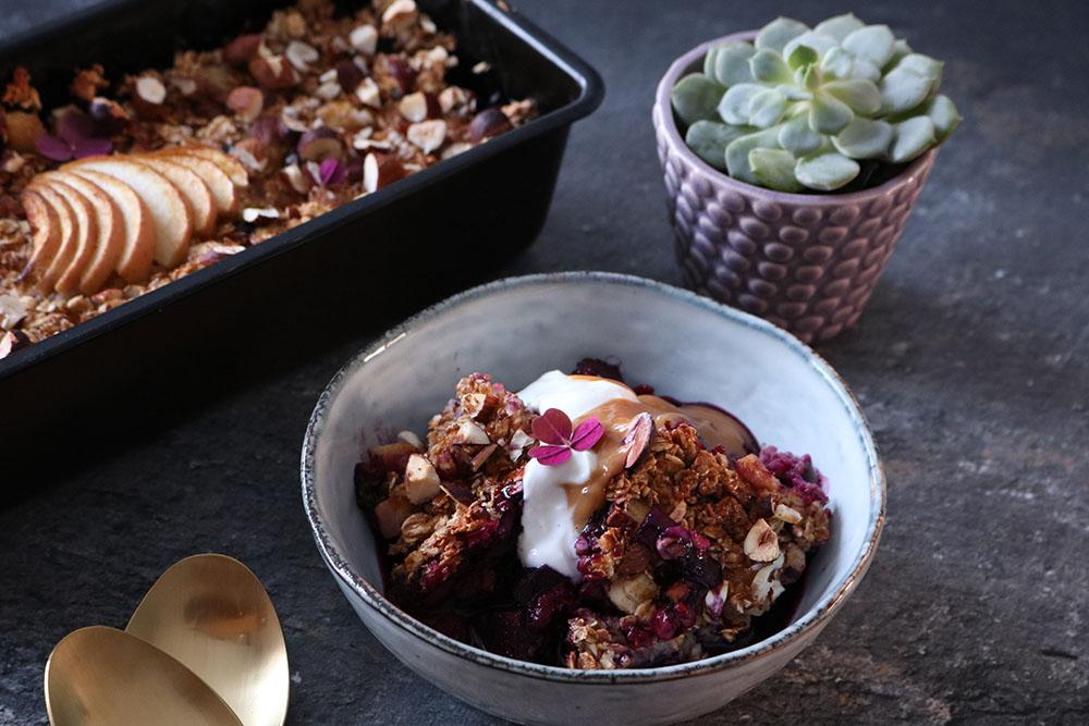 Opskrift på lækker bagtgrød med masser af bær - sundere crumble