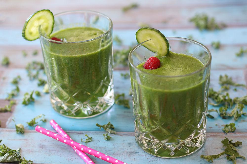 Sund smoothie på grønsager og mango